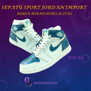 Sepatu Sport Pria Warna Putih